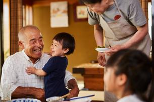 孫と祖父母の写真素材 [FYI02617361]