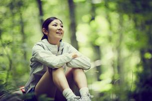 森の中で休憩する女性の写真素材 [FYI02617461]