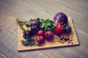 まな板の上のいろいろな野菜の写真素材 [FYI02617900]