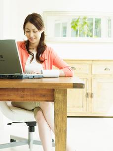 ホームオフィスの女性の写真素材 [FYI02618011]