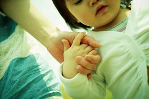手をつなぐ女の子と母親の写真素材 [FYI02618163]