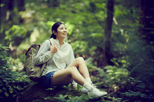 森の中で休憩する女性の写真素材 [FYI02618171]
