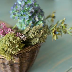 カゴの中の花の写真素材 [FYI02618231]