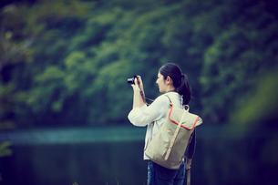 カメラを構える女性の写真素材 [FYI02618245]