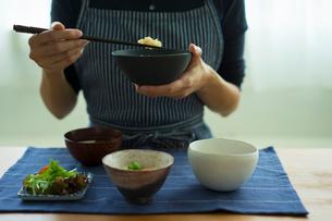 食事をする女性の写真素材 [FYI02618336]