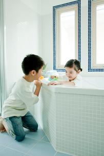 バスルームの掃除をする男の子と女の子の写真素材 [FYI02618710]