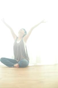 伸びをする女性の写真素材 [FYI02618756]