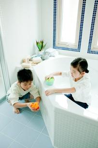 バスルームの掃除をする男の子と女の子の写真素材 [FYI02619080]