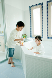 バスルームの掃除をする男の子と女の子の写真素材 [FYI02619292]