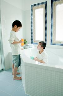 バスルームの掃除をする男の子と女の子の写真素材 [FYI02619362]