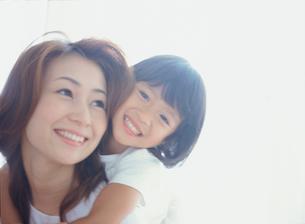お母さんに抱きつく女の子アップの写真素材 [FYI02619473]