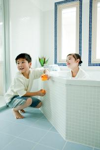 バスルームの掃除をする男の子と女の子の写真素材 [FYI02619510]