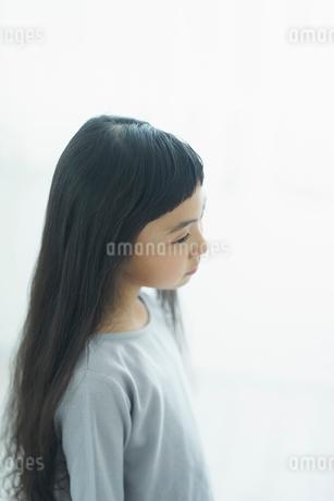 髪が長い女の子の横顔の写真素材 [FYI02619661]