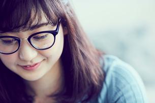 メガネをかけた女性の写真素材 [FYI02619685]