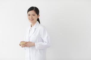 大豆を持つ栄養士の写真素材 [FYI02619997]