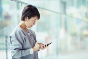 スマートフォンを操作する女性の写真素材 [FYI02620001]