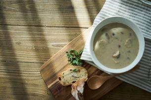 パンとマッシュルームのポタージュの写真素材 [FYI02620022]