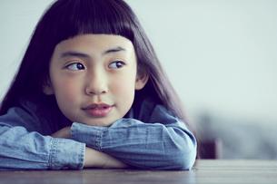 机に伏せる女の子の写真素材 [FYI02620039]