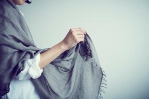 ストールを羽織る女性の写真素材 [FYI02620040]