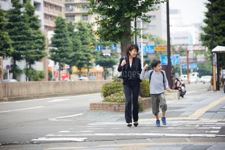 一緒に歩く男の子と母親の写真素材 [FYI02620108]
