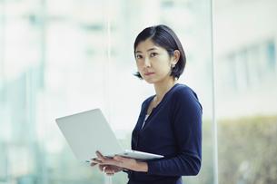 ノートパソコンを持つ女性の写真素材 [FYI02620109]