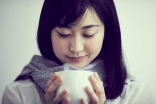 カップを持つ女性の写真素材 [FYI02620118]