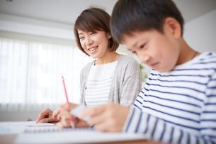 勉強する男の子と母親の写真素材 [FYI02620120]