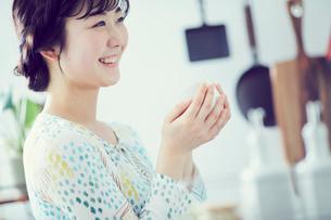 カップを持つ女性の写真素材 [FYI02620135]