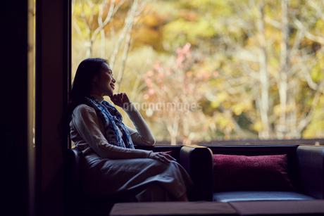 宿のラウンジでくつろぐミドル女性の写真素材 [FYI02620201]
