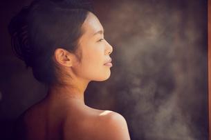 温泉に入浴するミドル女性の写真素材 [FYI02620203]