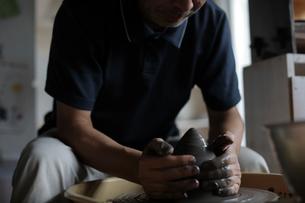 陶芸をする男性の写真素材 [FYI02620221]