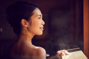 温泉に入浴するミドル女性の写真素材 [FYI02620223]