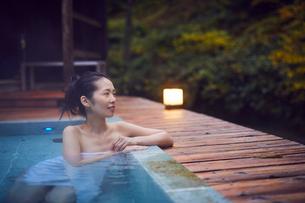 露天風呂に入浴するミドル女性の写真素材 [FYI02620266]