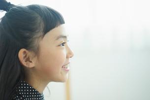 笑顔の女の子の横顔の写真素材 [FYI02620293]