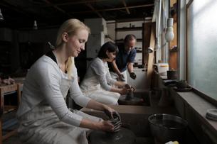 陶芸を教わる外国人女性2人の写真素材 [FYI02620294]