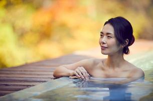 露天風呂に入浴するミドル女性の写真素材 [FYI02620300]