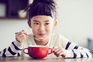 食事をする女の子の写真素材 [FYI02620301]