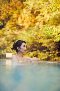 露天風呂に入浴するミドル女性の写真素材 [FYI02620316]
