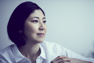 女性の横顔の写真素材 [FYI02620337]