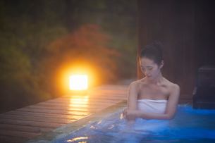 露天風呂に入浴するミドル女性の写真素材 [FYI02620346]