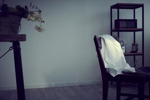 椅子に掛けた洋服の写真素材 [FYI02620359]