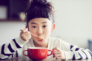 食事をする女の子の写真素材 [FYI02620372]