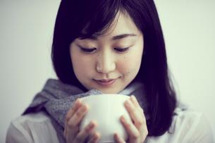 カップを持つ女性の写真素材 [FYI02620373]