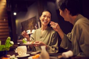 食事をする浴衣姿のミドル夫婦の写真素材 [FYI02620376]