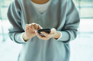 スマートフォンを操作する女性の写真素材 [FYI02620388]