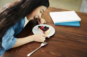 タルトを食べる女の子の写真素材 [FYI02620389]