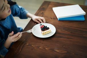 タルトを食べる女の子の写真素材 [FYI02620391]