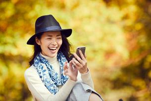 スマートフォンを操作するミドル女性の写真素材 [FYI02620398]