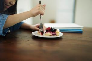 タルトを食べる女の子の写真素材 [FYI02620404]