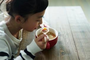 スープを飲む女の子の写真素材 [FYI02620406]